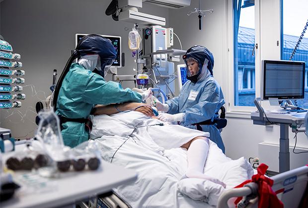 врачи в коронавирусном крыле